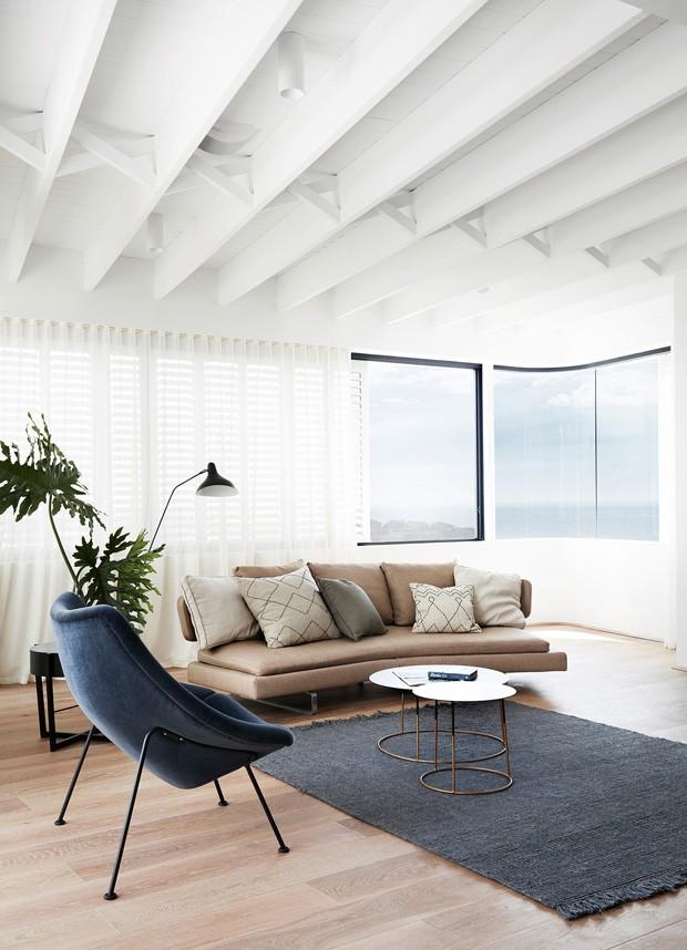 Casa de praia surpreende com combinação clássica de preto e branco (Foto: Prue Roscoe/Divulgação)