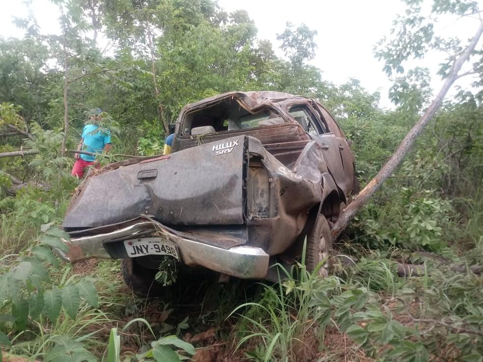 Veículo bateu em árvore e capotou — Foto: Ivonaldo Paiva/Blog Braga