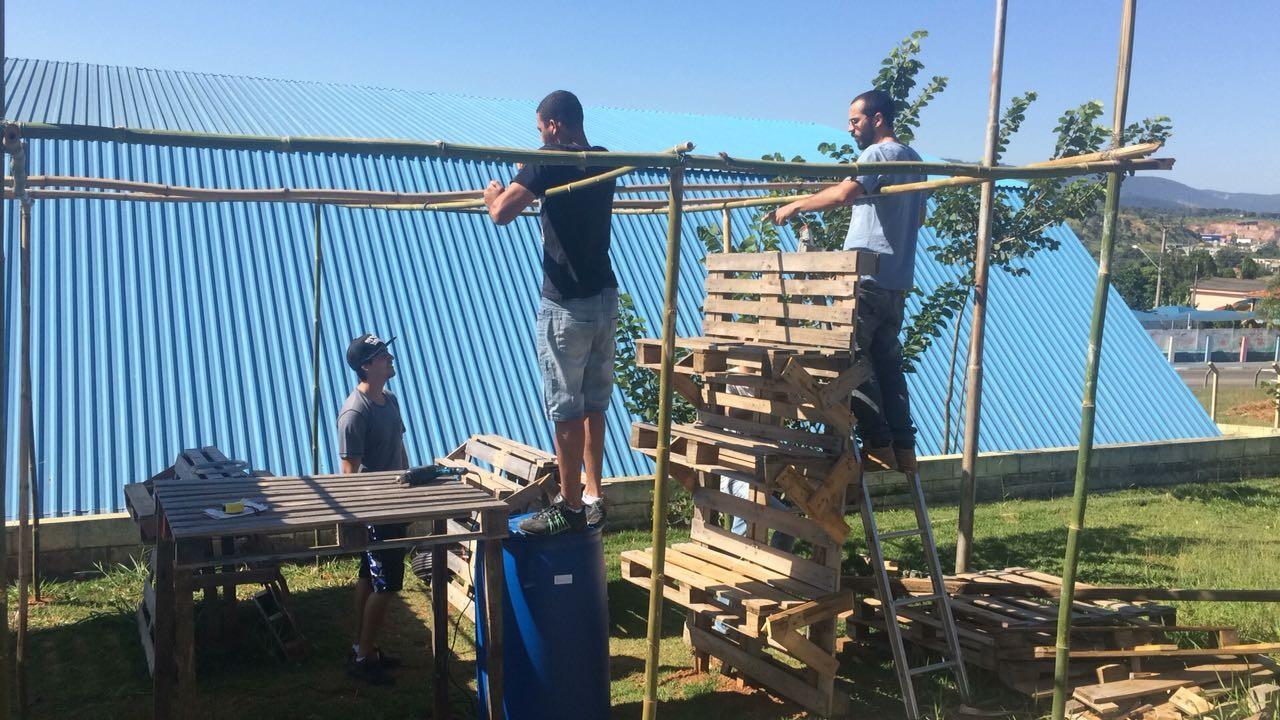 Os estudantes construindo a estufa de morango (Foto: João de Souza Neto/Arquivo Pessoal)