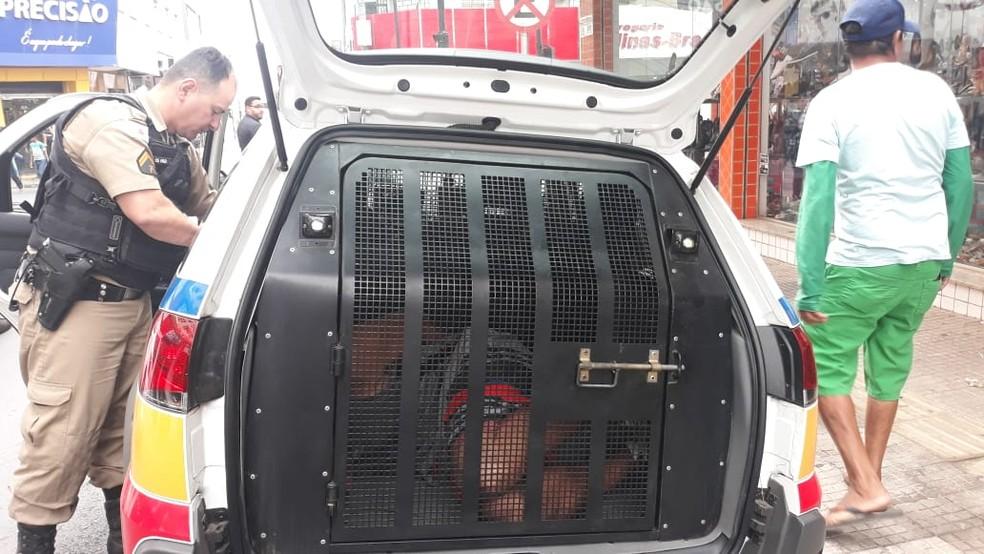 Homem foi contido por populares até a chegada da polícia — Foto: Ana Cláudia Mendes/ Inter TV