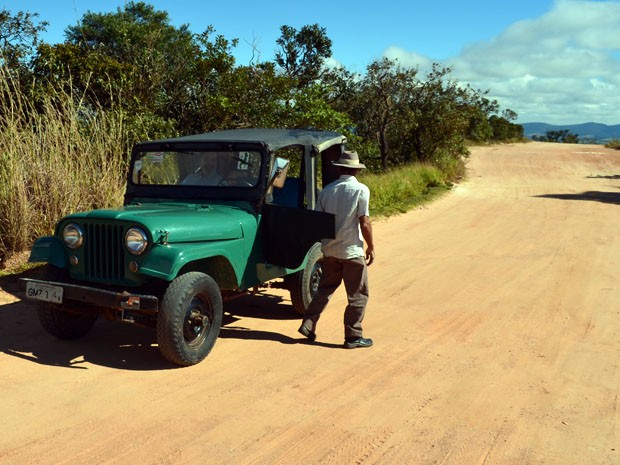 Seu Tomé desce do jipe para mostrar que veículo sobe sozinho (Foto: Tiago Campos / G1)