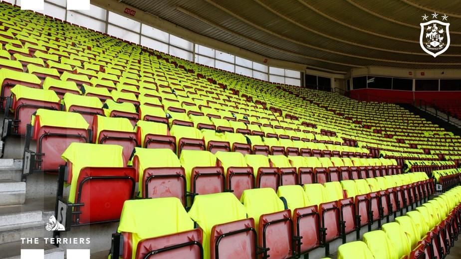 Huddersfield deixa camisas na arquibancada para torcedores como agradecimento