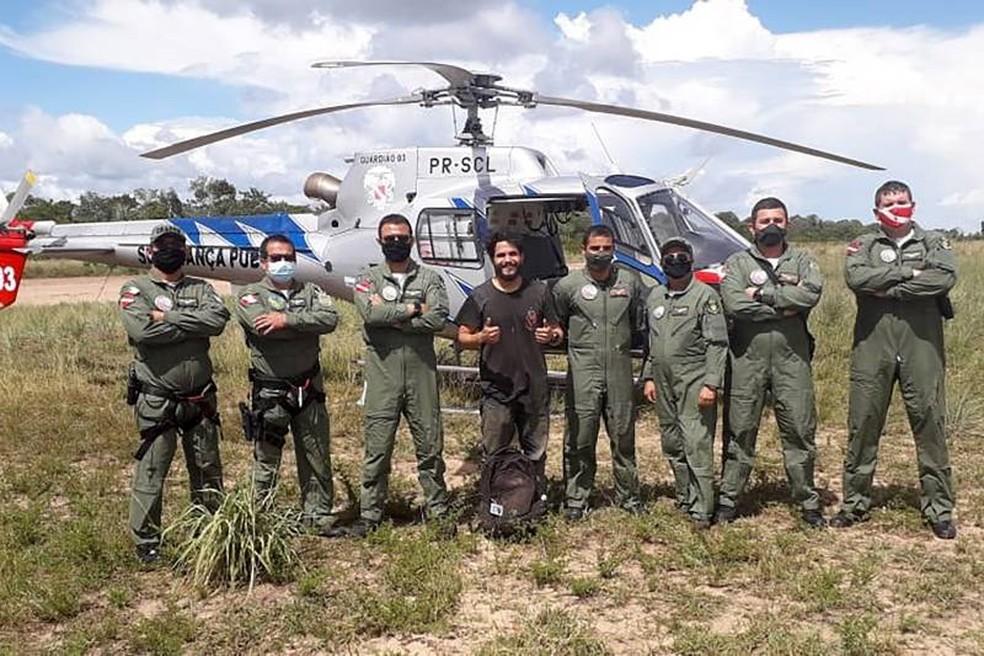 Toninho Sena, sem máscara, com equipe que fez o resgate e piloto santareno, em Prainha, no Pará — Foto: Agência Pará/Divulgação