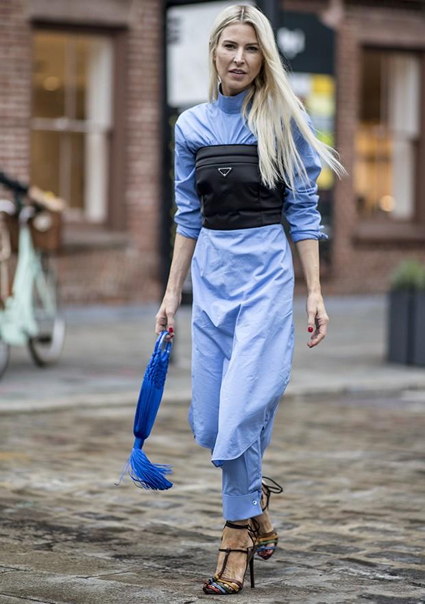 O azul também colabora para looks modernos  (Foto: Imaxtree)