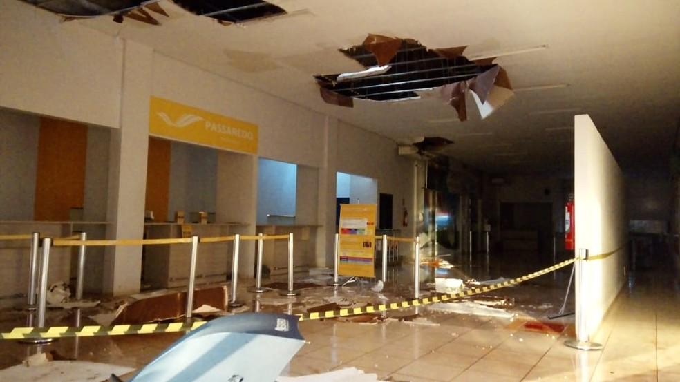 Chuva estragou parte do teto do aeroporto (Foto: Divulgação)