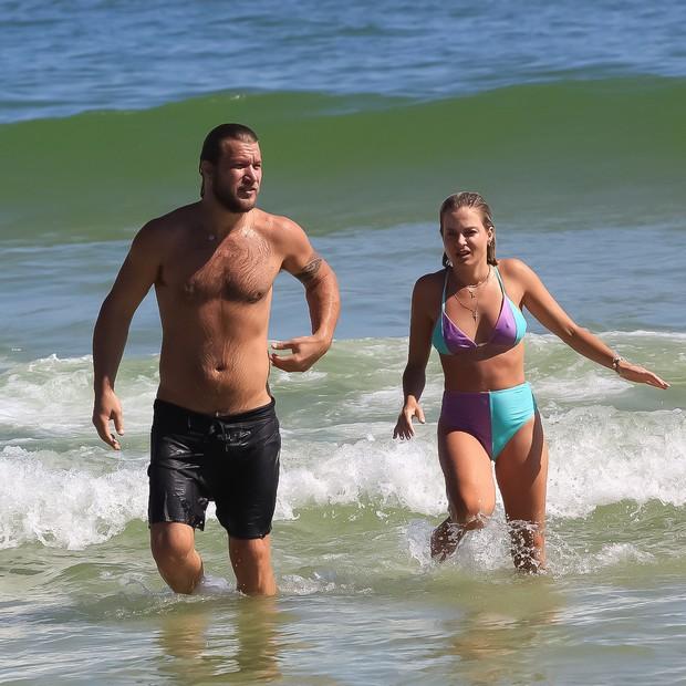 Diego Alimao und seine Freundin Andressa Malocelli am Strand von Rio (Foto: Fabricio Silva/AgNews)