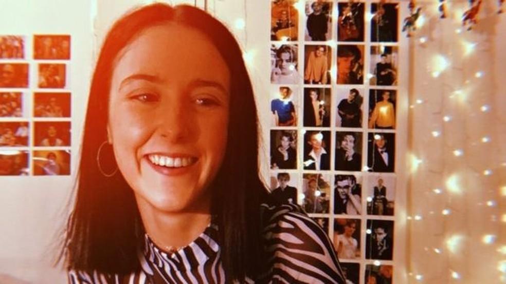 A jovem afirma que sempre procura suportar as dores e inchaços em sua casa, para não ir ao hospital — Foto: BBC
