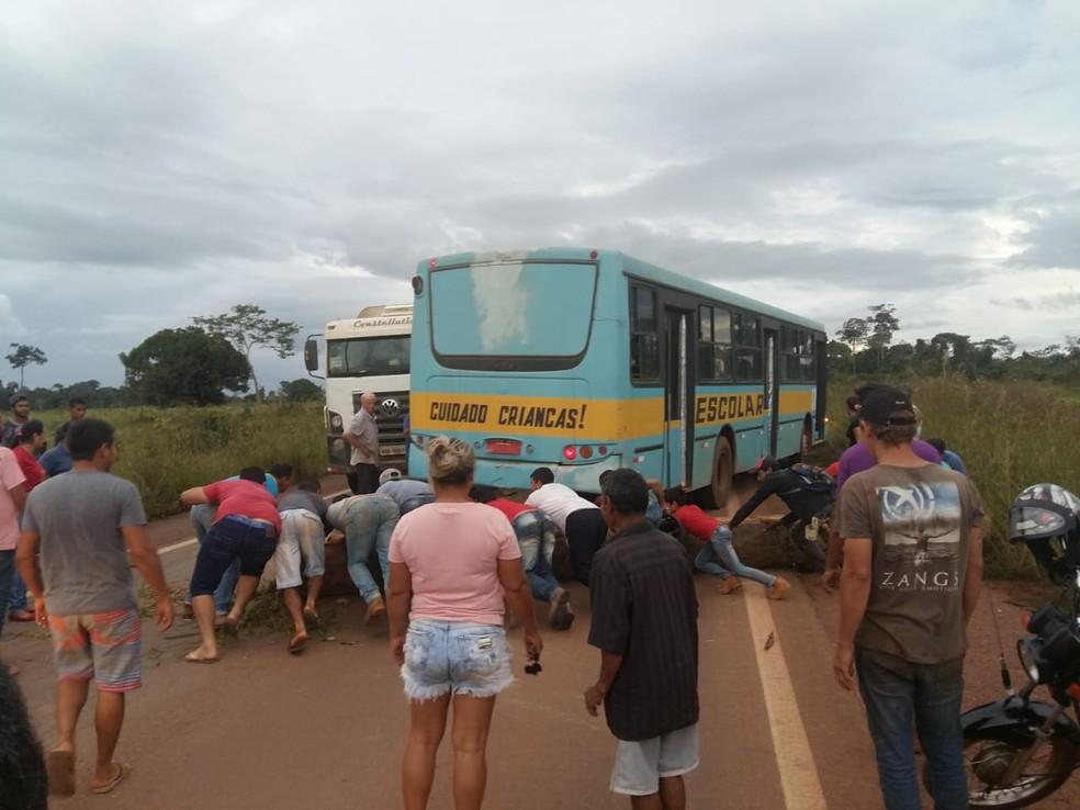 -  Manifestantes fecham BR em Vista Alegre do Abunã  Foto: Wagner Martins/ arquivo pessoal