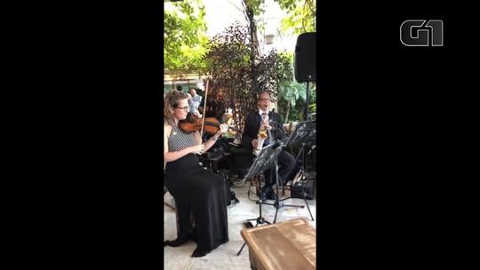 Músicos tocam durante cerimônia de casamento de Eduardo Bolsonaro