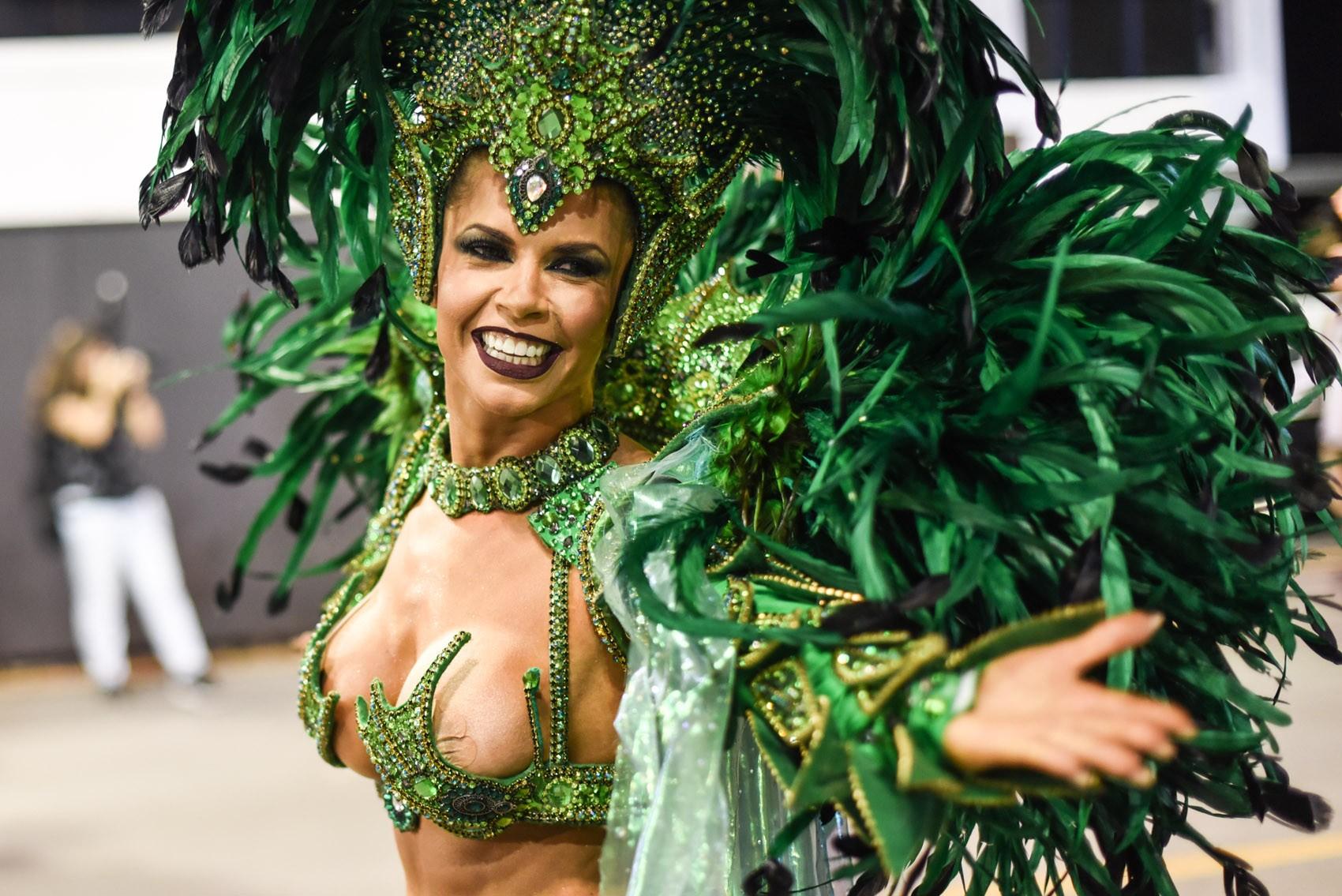Cacau Colucci supera problema de saúde e Simone Sampaio vive êxtase em desfile da Dragões da Real