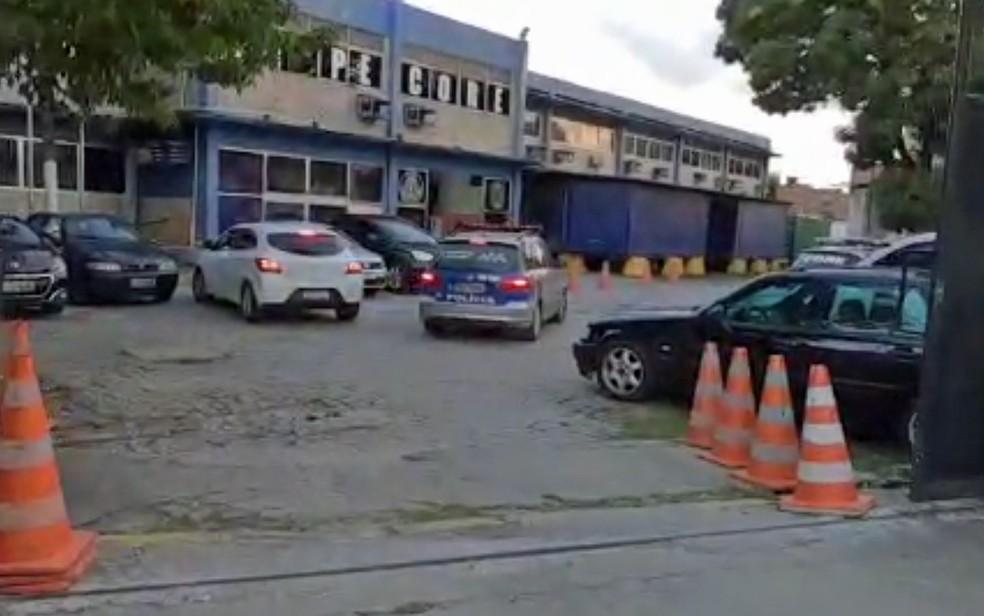 Presos e materiais apreendidos em operação contra torcidas organizadas chegam ao Core, no Centro do Recife — Foto: PCPE/Divulgação