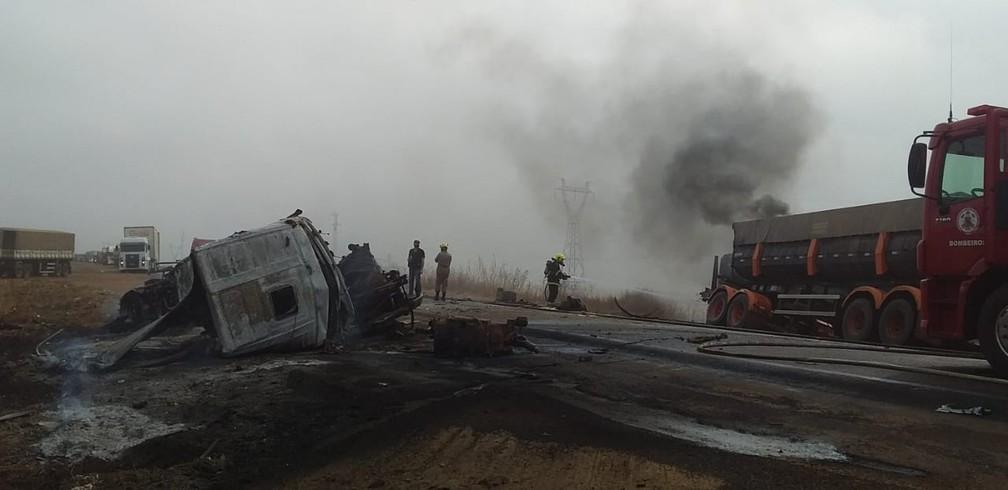 Carretas pegaram fogo após colisão em MT — Foto: Corpo de Bombeiros