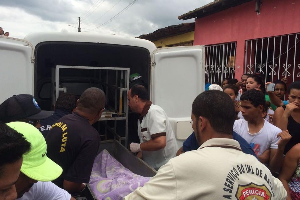 Corpos das vítimas eletrocutadas em Cajueiro foram recolhidos pelo IML (Foto: Carolina Sanches/G1)