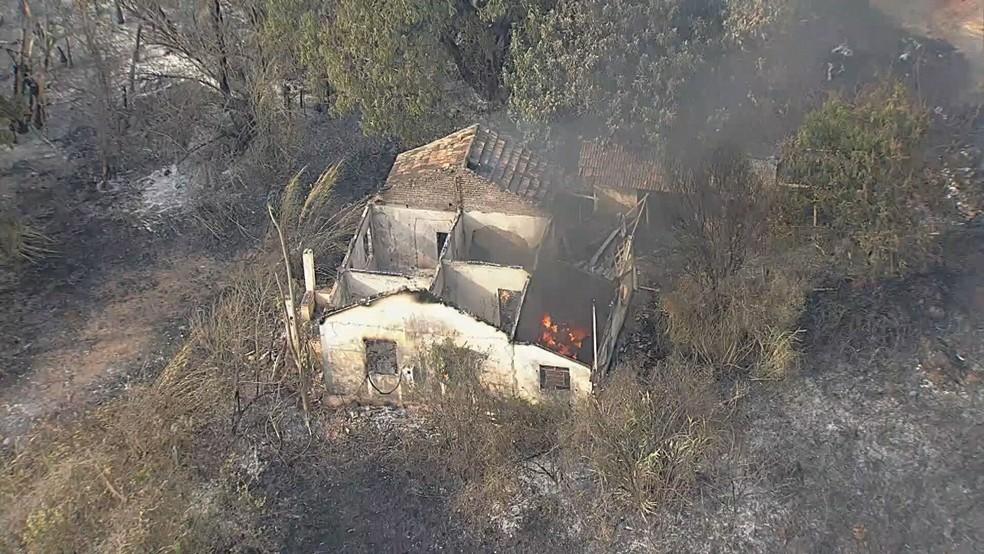 Casa atingida pelo fogo em Sete Lagoas — Foto: Reprodução TV Globo