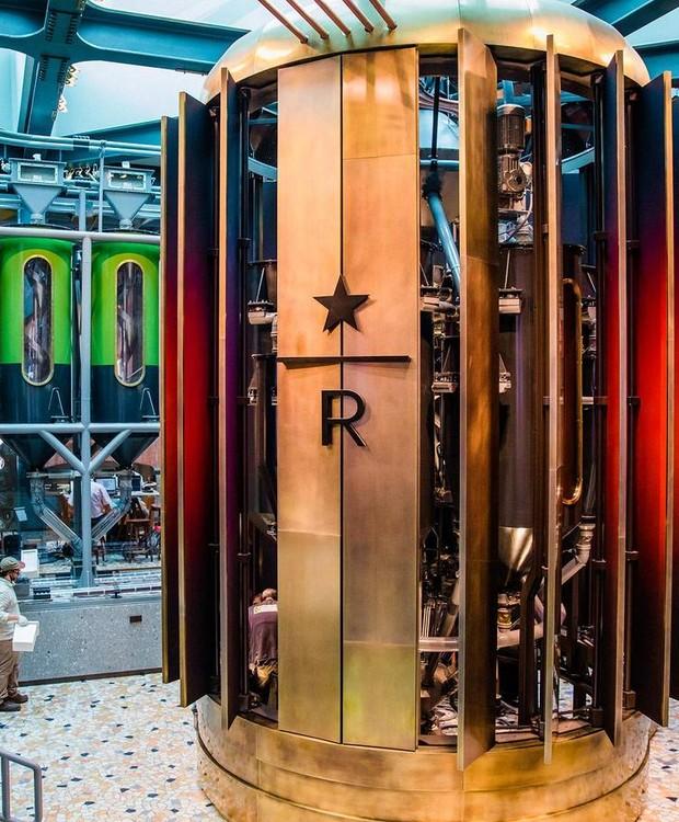 As máquinas de torrefação são revestidas em cobre para adicionar um charme ao local (Foto: Starbucks/ Reprodução)