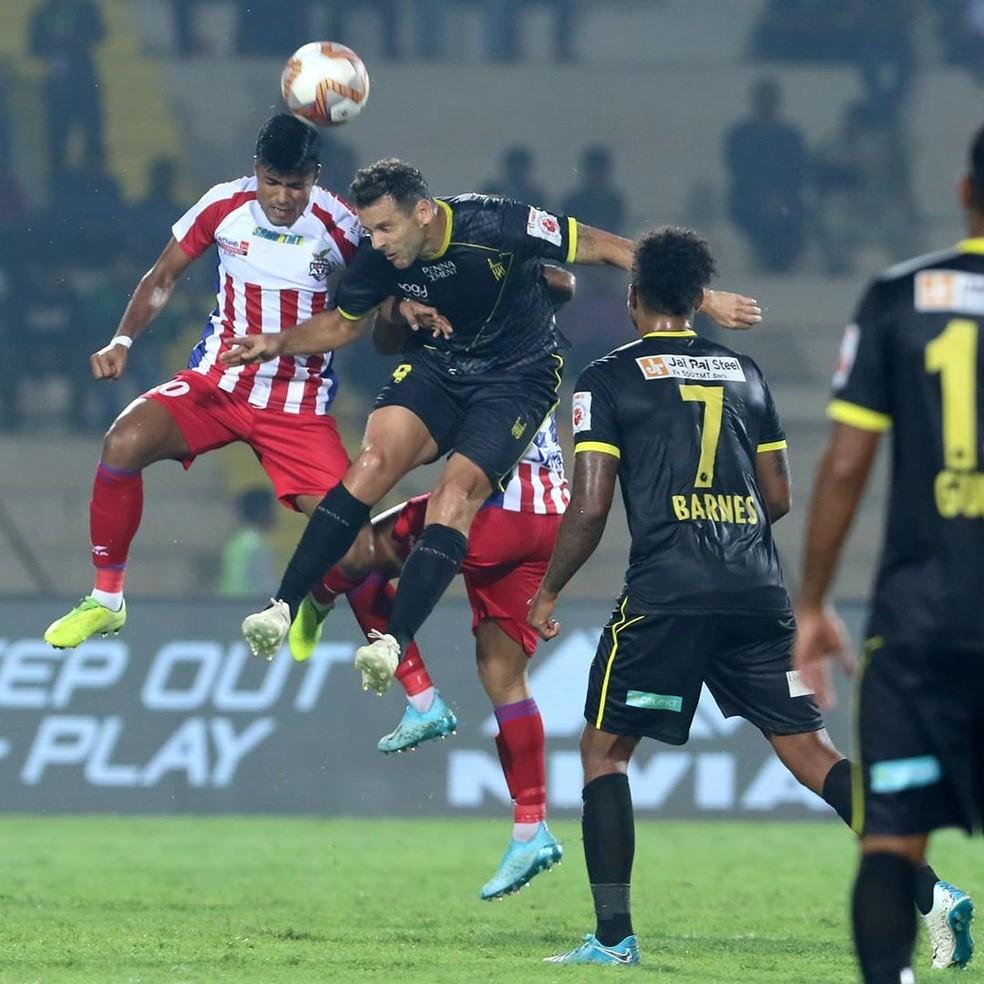 Cabeçada de Bobô em um dos gols contra o Atlético de Kolkata — Foto: Divulgação/Hyderabad FC