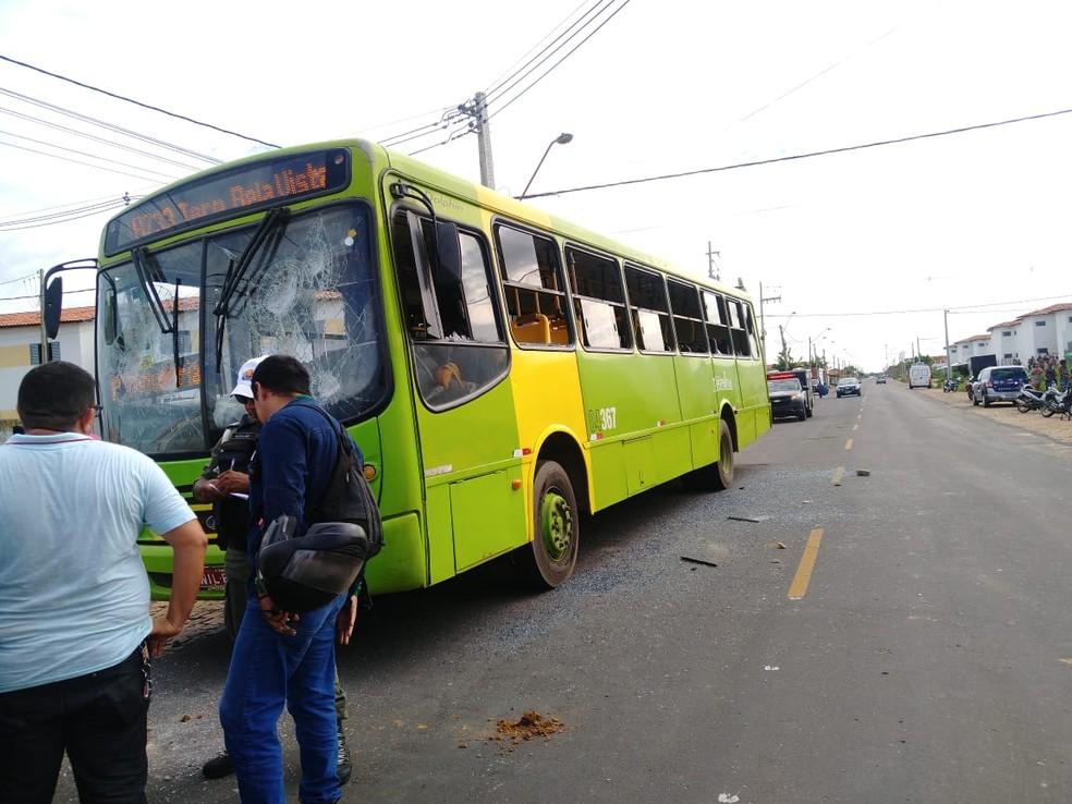 População revoltada danificou ônibus na Zona Sul de Teresina — Foto: Rafaela Leal/G1