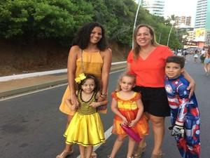 Turismóloga Fátima Silva e amiga trouxeram crianças para curtir folia mais tranquila (Foto: Juliana Almirante/ G1)