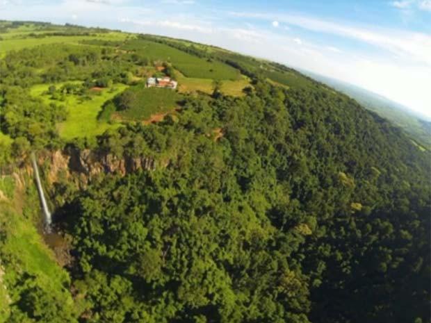Imagem feita com o 'drone caipira' da cachoeira de Cássia dos Coqueiros (Foto: Luciano Semeão)