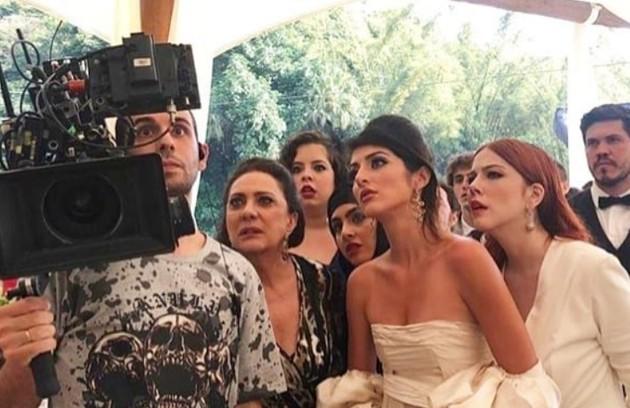 Anajú Dorigon e Bia Arantes de noivas em 'Órfãos da terra' veem o resultado das cenas com Eliane Giardini e Guilhermina Libanio (Foto: Reprodução/Instagram)