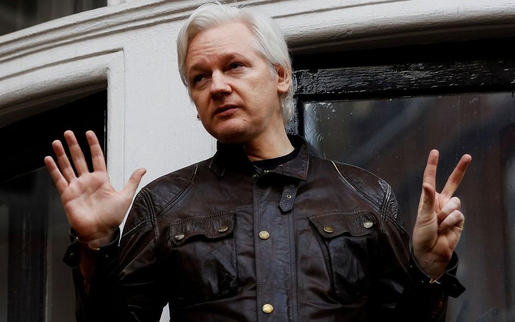 Julian Assange na sacada da embaixada do Equador em Londres, em 19 de maio de 2017 — Foto: Reuters/Peter Nicholls/File photo