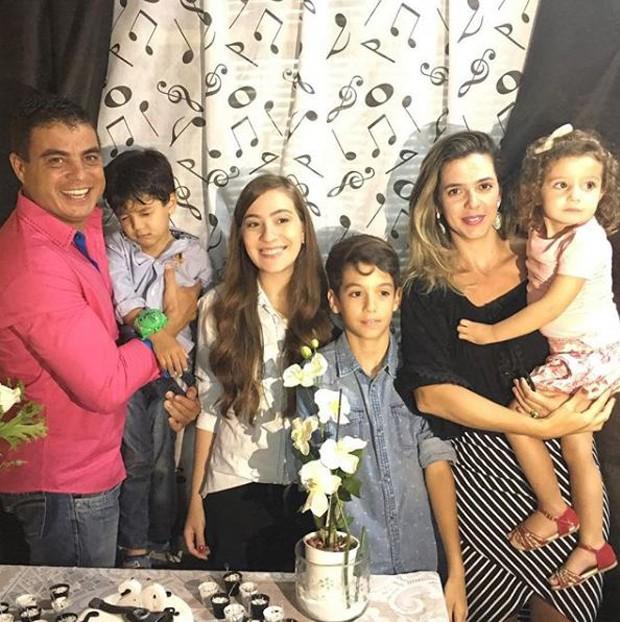 Dhomini e a família (Foto: Reprodução/Instagram)