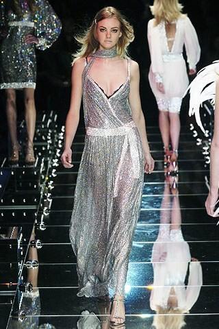 Carol Trentini desfilando para a Dolce & Gabbana na temporada de inverno 2005 (Foto: Reprodução)