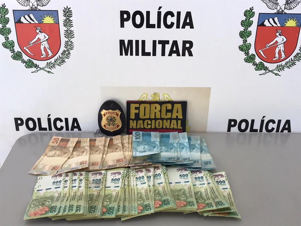 Segundo a PF, foram apreendidos 50 mil pesos argentinos e R$ 2 mil com o suspeito — Foto: PF/Divulgação