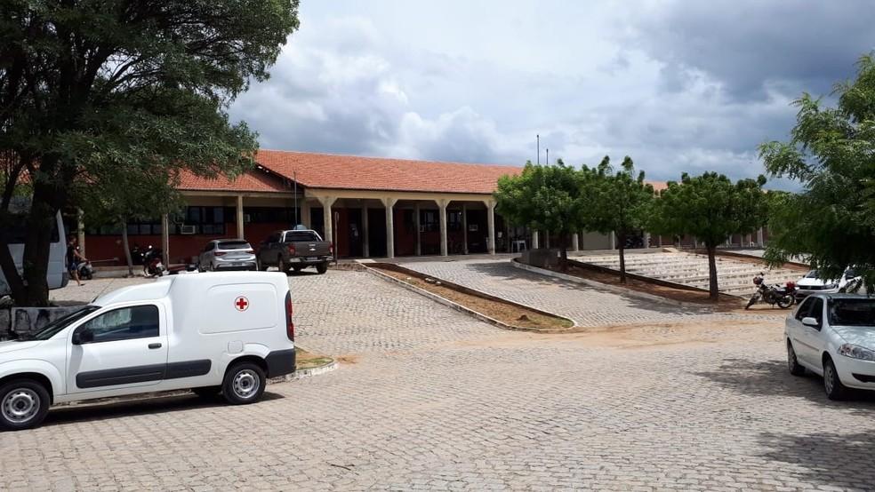 Hospital Regional do Seridó, em Caicó, atendeu 14 pessoas que disseram ter sido atacadas por agulhas de seringas  — Foto: Sidney Silva