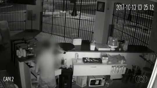 Câmeras registram tranquilidade de ladrão durante furto em lanchonete; vídeo