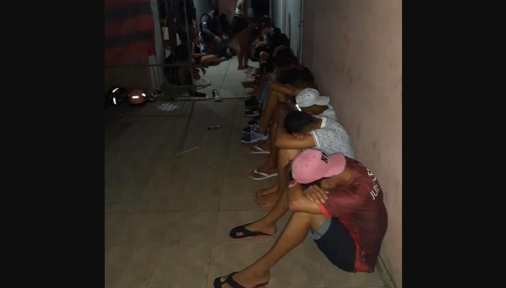 Grupo de quase 40 pessoas é abordado após festa em Ariquemes, RO, durante toque de recolher — Foto: WhatsApp/Reprodução
