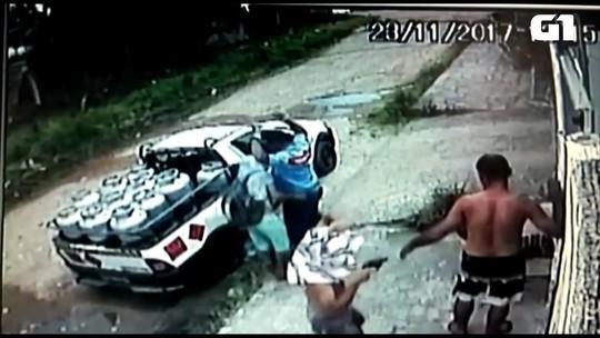 Dupla armada rouba sandálias de vítima em João Pessoa; veja o vídeo