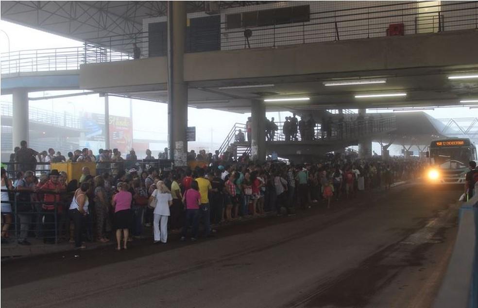 Usuários do transporte coletivo lotaram terminais de ônibus em Manaus (Foto: Patrick Marques/G1 AM)