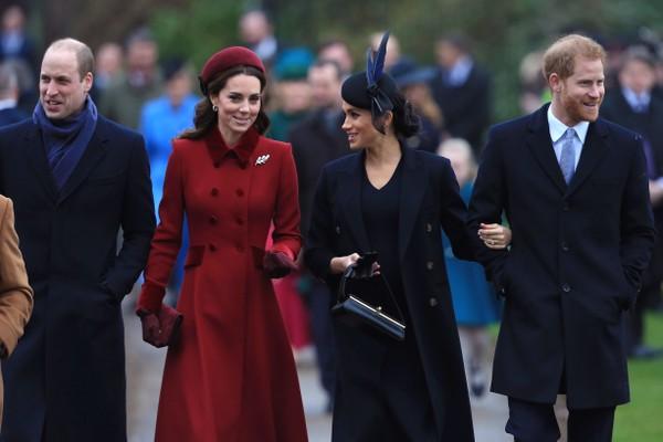 As duquesas Kate Middleton e Meghan Markle na companhia dos maridos na chegada conjunta do quarteto na missa natalina da família real britânica (Foto: Getty Images)