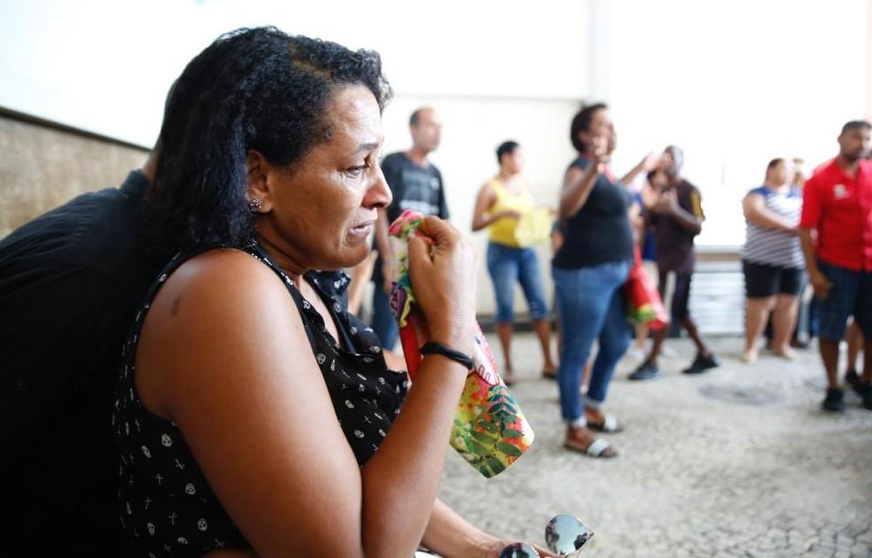 Carla Esteves de Deus, esposa de Wiliam, gari morto na Rocinha — Foto: Marcos Serra Lima/G1