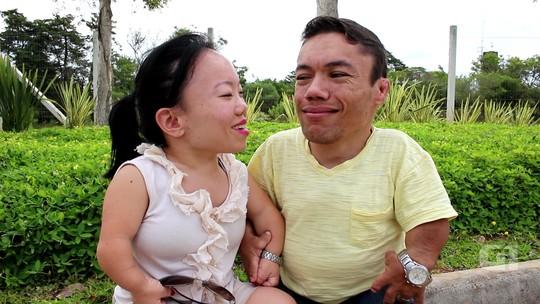 Menor casal do mundo faz sucesso na web com vídeos sobre a rotina: 'Amamos compartilhar'