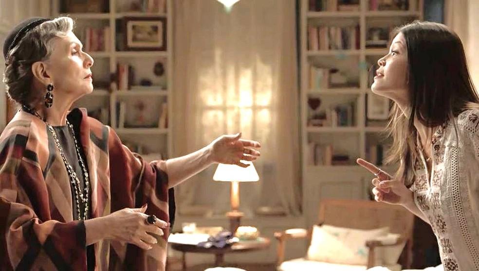 Margot (Irene Ravache) tenta se aproximar de Cris (Vitória Strada), mas ela a imagina como Hildegard — Foto: TVGLOBO