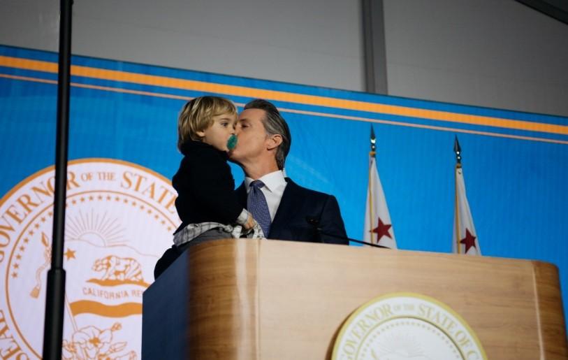 Dutch, 2 anos, invadiu o palco na cerimônia de posse do pai, Gavin Newsom, governador da Califórnia (Foto: Reprodução/Twitter)