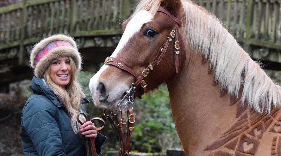 """Melody Hames é conhecida como a """"cabelereira de cavalos"""" (Foto: Reprodução/Facebook)"""