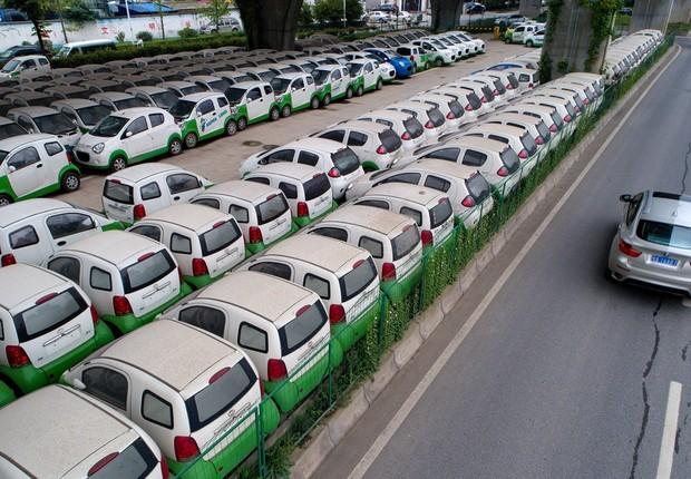 Carros elétricos estacionados em Wuhan, na província de Hubei (Foto: Getty Images)