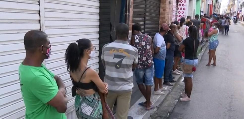 Com nova parcela do auxílio emergencial, agência da Caixa em Feira de Santana amanhece com filas — Foto: Reprodução/TV Bahia