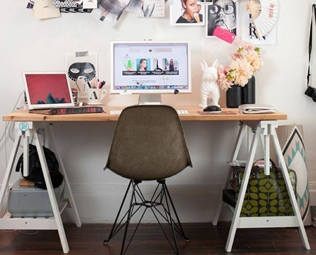 Que tal usar cavaletes e uma tábua para fazer uma mesa? (Foto: Reprodução/Pinterest)