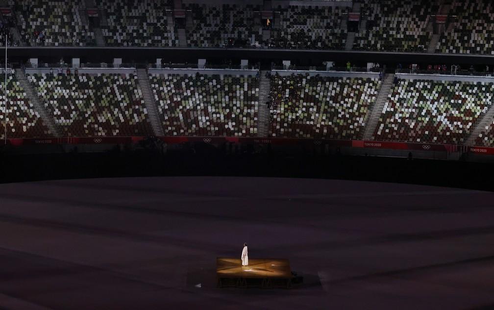 Um artista se apresenta durante a cerimônia de abertura dos Jogos Olímpicos de Tóquio, no Japão — Foto: Leah Millis/Reuters