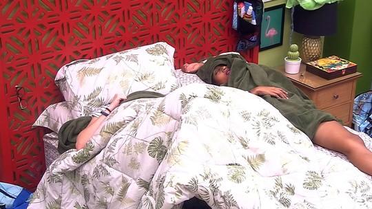 Gleici e Ana Clara dormem no Quarto Tropical