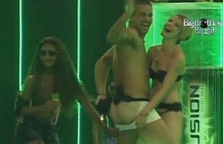 Diogo fez strip-tease com Diana no 'BBB' 11 Reprodução