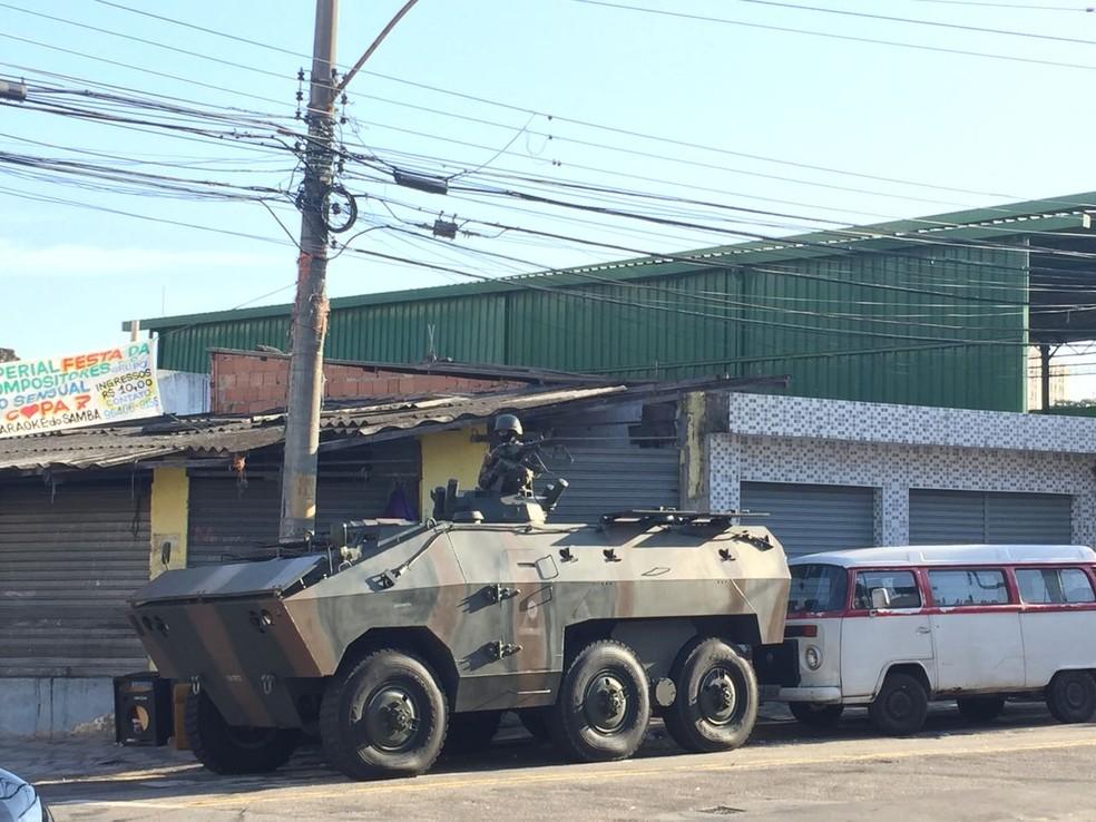 Movimentação do Exército, Polícia Civil e PM na Rua Lins de Vasconcelos, esquina com Rua Vilela Tavares (Foto: Fernanda Rouvenat/G1)