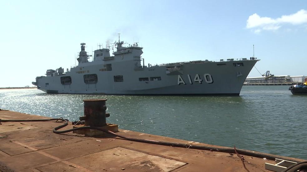 Marinha mandou os maiores navios para atuar no combate às manchas de óleo em Pernambuco — Foto: Reprodução/TV Globo