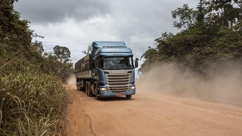A reportagem percorre as rotas com um caminhão carregado para simular as dificuldades encontradas pelos caminhoneiros no dia a dia  (Foto: Fernando Martinho/Ed.Globo)