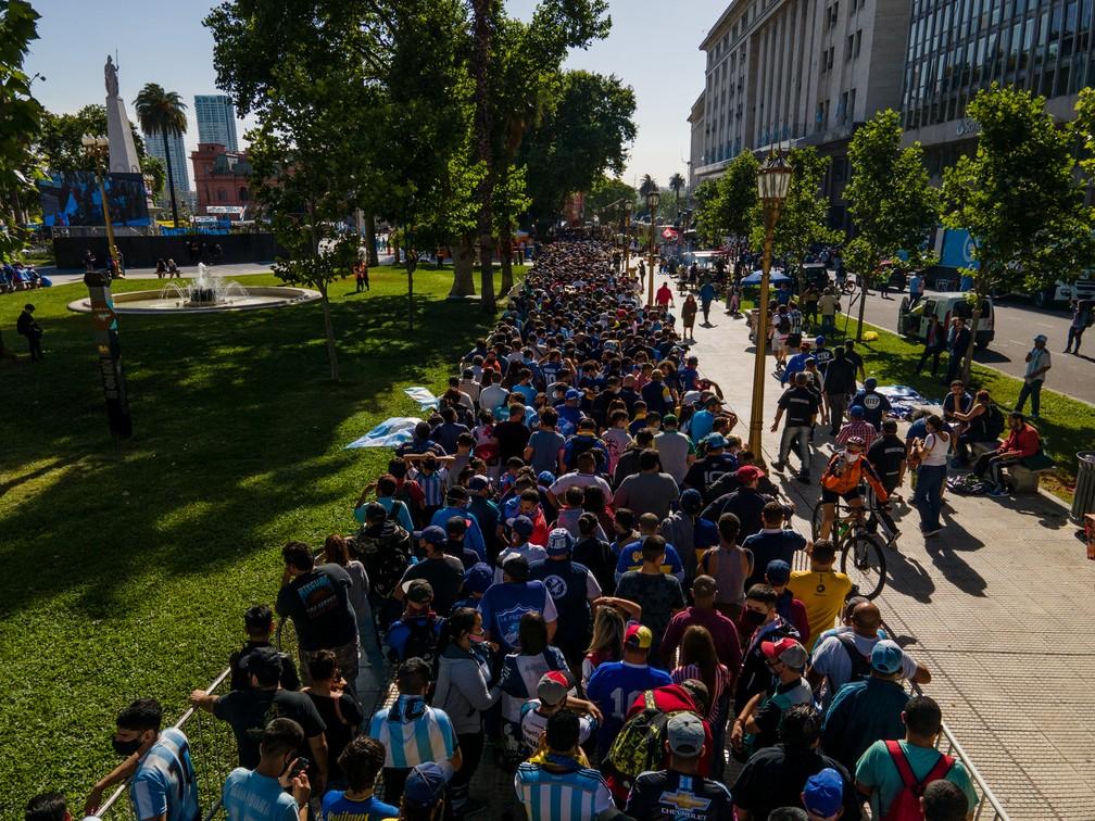Milhares de argentinos se aglomeram para chegar ao velório de Maradona — Foto: Getty Images