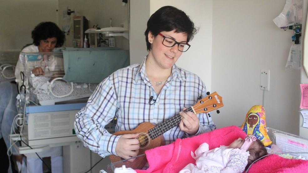 Isadora canta para os bebês internados no HC de Botucatu (Foto: Carlos Dias / G1 )